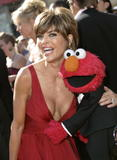 Lisa Rinna Even Elmo wants to see her cleavage Foto 125 (���� ����� ���� Elmo ����� ������ �� ����������� ���� 125)