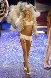Yfke Sturm Victoria's Secret Fashion Show 2005 Foto 29 (Ифке Штурм Victoria's Secret Fashion Show 2005 Фото 29)